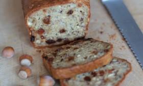 Cake au chèvre, raisins et noisettes