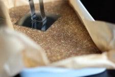 Tasser la pâte des barres chocolatées aux noix au Thermomix