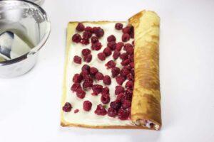Enrouler la génoise pour la bûche chocolat blanc framboises au Thermomix