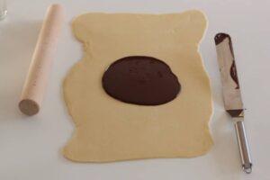 Chocolat versé sur la pâte