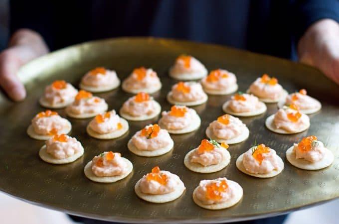 Crackers à la mousse de saumon fumé et aux oeufs de saumon {5 ingrédients seulement !}