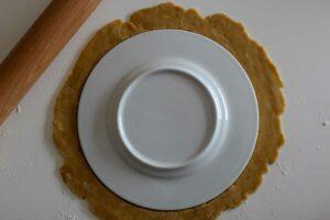 Assiette posée sur la pâte de tourte de Pâques
