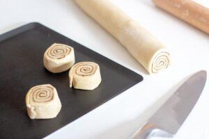 Tranchage de la pâte à kannelbullar