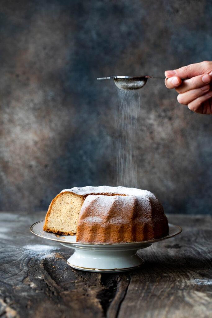 Saupoudrage de sucre glace sur le gâteau neige au Thermomix